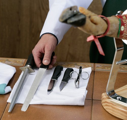 Utensili per tagliare una paletilla iberica (spalla)