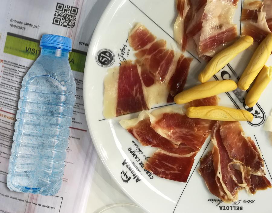 Fette di jamon e bottiglia d'acqua
